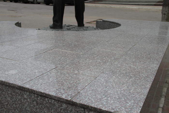 Памятник Гагарину Калуга Китайский гранит
